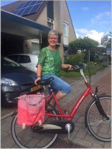 Ella Meijer bij de fiets